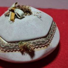 Antigüedades: CURIOSA CAJA DE PORCELANA CON SELLO CAPODIMONTE EN LA BASE.. Lote 258256565