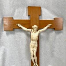 Oggetti Antichi: ESCULTURA DE CRISTO CRUCIFICADO EN MARFIL TALLADO SOBRE CRUZ DE MADERA, HACIA 1910-1920.. Lote 258501305