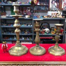 Antiquités: CONJUNTO DE TRES PORTAVELAS DE BRONCE. Lote 258774555