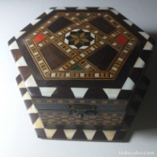 Antigüedades: ANTIGUA CAJA-JOYERO HEXAGONAL. TARACEA DE GRANADA.. Lote 258789750
