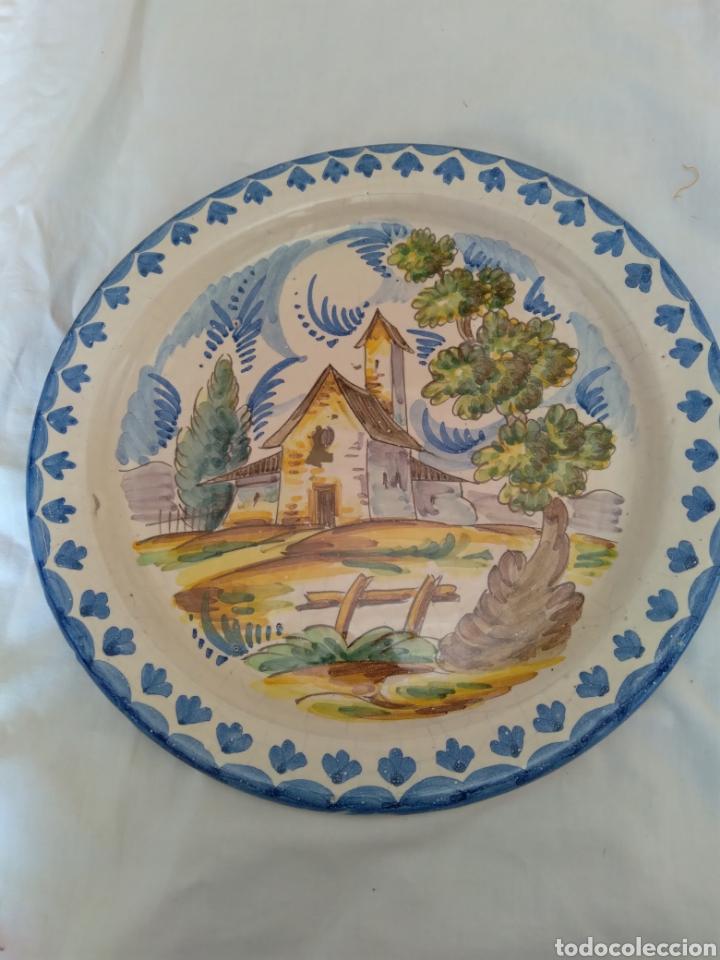 PLATO DE COLGAR CERÁMICA ESMALTADA (Antigüedades - Porcelanas y Cerámicas - Otras)