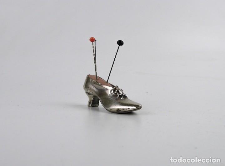 Antigüedades: Antiguo alfiletero - forma de bota o zapato - fuerte baño de plata - Principios S.XX - Foto 3 - 259002260
