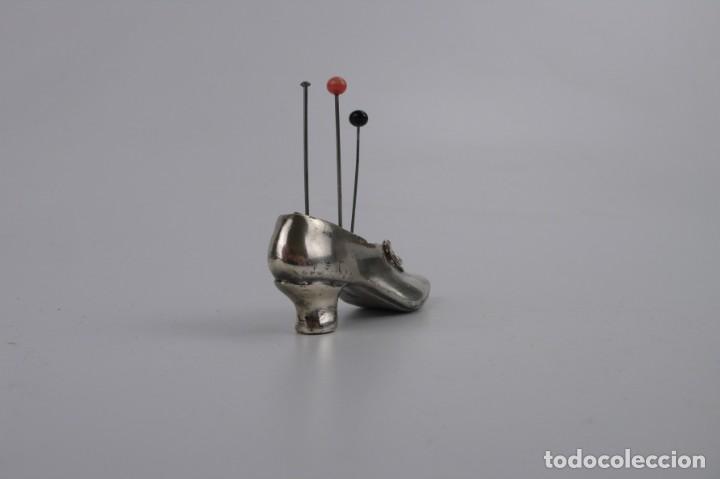 Antigüedades: Antiguo alfiletero - forma de bota o zapato - fuerte baño de plata - Principios S.XX - Foto 4 - 259002260