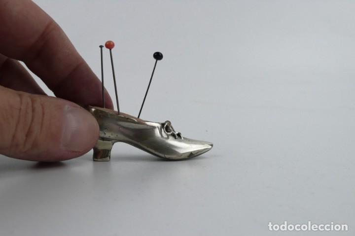 Antigüedades: Antiguo alfiletero - forma de bota o zapato - fuerte baño de plata - Principios S.XX - Foto 6 - 259002260