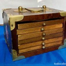 Antigüedades: CAJA DE MADERA, BRONCE Y PINTADO A MANO, CON 6 POSAVASOS DE MADERA, CORCHO Y BRONCE,. Lote 259002925