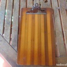 Antigüedades: ANTIGUA TABLILLA DE MADERA CON PINZA METALICA PARA SUJETAR, PAPELES. PEDIDOS. FACTURAS. Lote 259016830