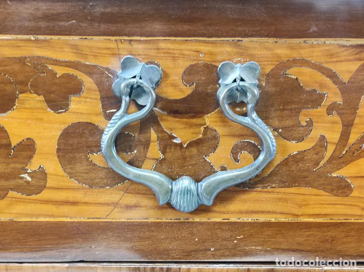 Antigüedades: Antigua Cómoda - Diferentes Maderas - Finísima Marquetería - Tiradores de Bronce - S. XIX - Foto 9 - 259271305