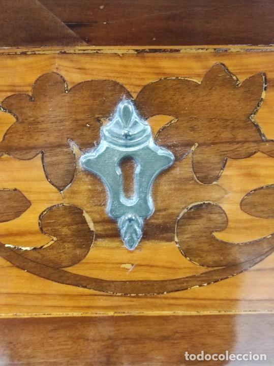 Antigüedades: Antigua Cómoda - Diferentes Maderas - Finísima Marquetería - Tiradores de Bronce - S. XIX - Foto 10 - 259271305