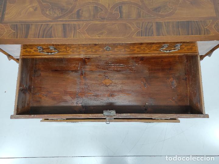 Antigüedades: Antigua Cómoda - Diferentes Maderas - Finísima Marquetería - Tiradores de Bronce - S. XIX - Foto 12 - 259271305