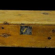 Antigüedades: ANTIGUO BAÚL, ,ARQUETA, ARCA, ARCÓN, CAJA DE MADERA DE PINO NEGRO. S. XVII. 74X31X20. Lote 259708795