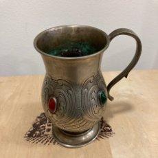 Antigüedades: BONITA JARRA ANTIGUA CINCELADA CON PEDRERÍA. Lote 259770570