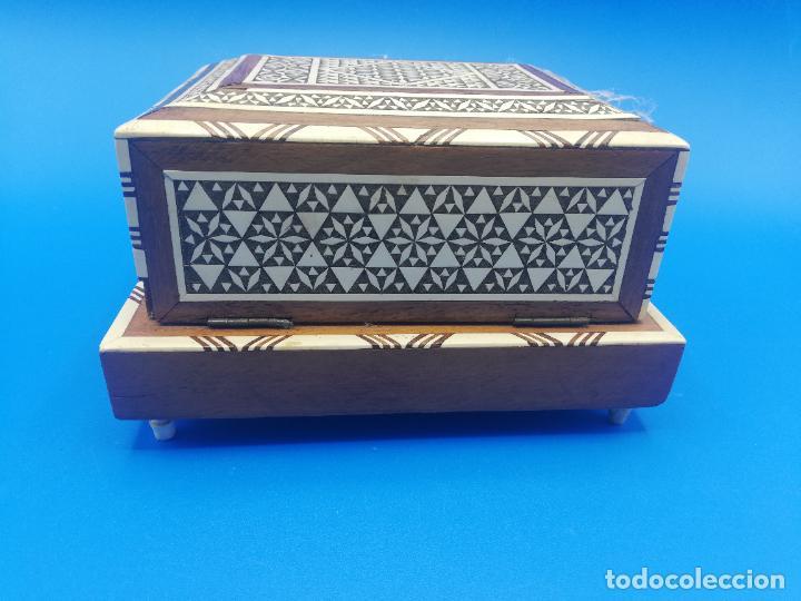 Antigüedades: CAJA CIGARRERA MUSICAL. MARQUETERIA DE TARACEA. VER FOTOS. MEDIDAS . 17 x 9.5 13.5 CM APROX. - Foto 4 - 259780735