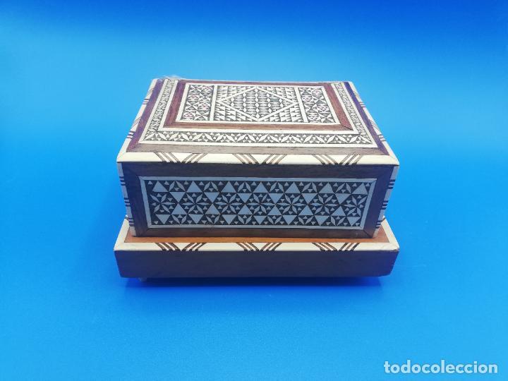 CAJA CIGARRERA MUSICAL. MARQUETERIA DE TARACEA. VER FOTOS. MEDIDAS . 17 X 9.5 13.5 CM APROX. (Antigüedades - Hogar y Decoración - Cajas Antiguas)