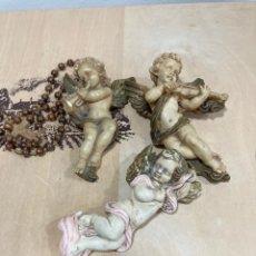 Antigüedades: LOTE DE 3 ANGELITOS DE RESINA Y ESCAYOLA, MÁS UN ROSARIO. Lote 259823115