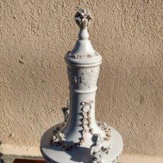 Antigüedades: JARRÓN CON TAPA PORCELANA CAPODIMONTE. AMORCILLOS TOCANDO LIRA Y LAUD Y FLORES. MARCAS (1771-1834). Lote 259843335