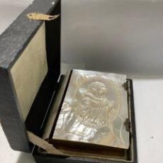Antigüedades: LIBRO DE OFICIO DIVINO TALLADO EN NACAR A MANO ORIGINALES EDITADO EN PARIS 1843. Lote 259848545