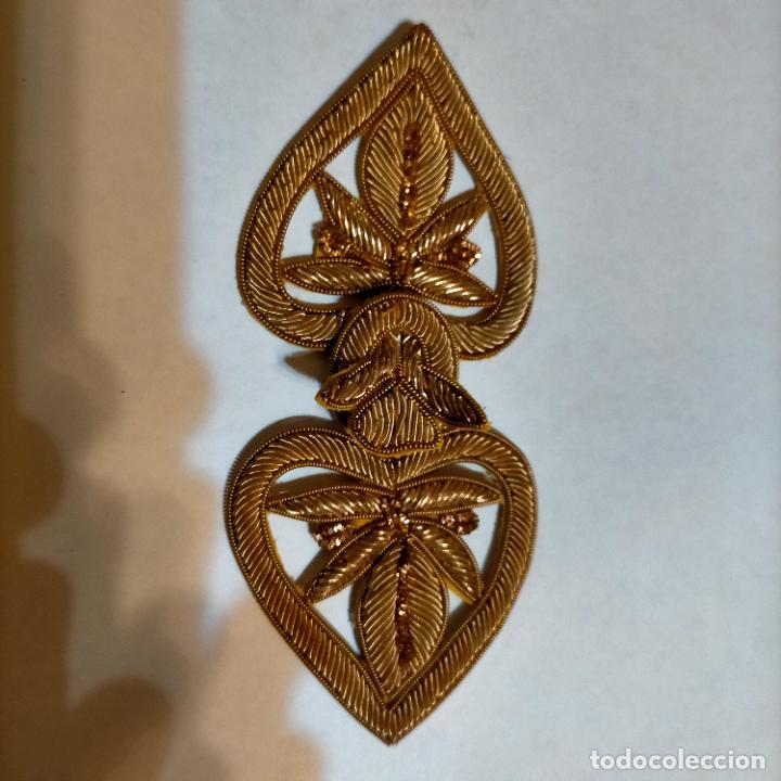 Antigüedades: canutillo y canutillo ingles, piezas bordadas en oro formando un cierre capa pluvial fajin broche - Foto 2 - 259933790