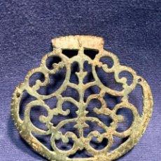 Antiguidades: ADORNO APLIQUE CABALLO MONTURA SILLA MONTAR CABALLERIA BRONCE CALADO S XVII XVIII PATINA 7,5X8CMS. Lote 259991135