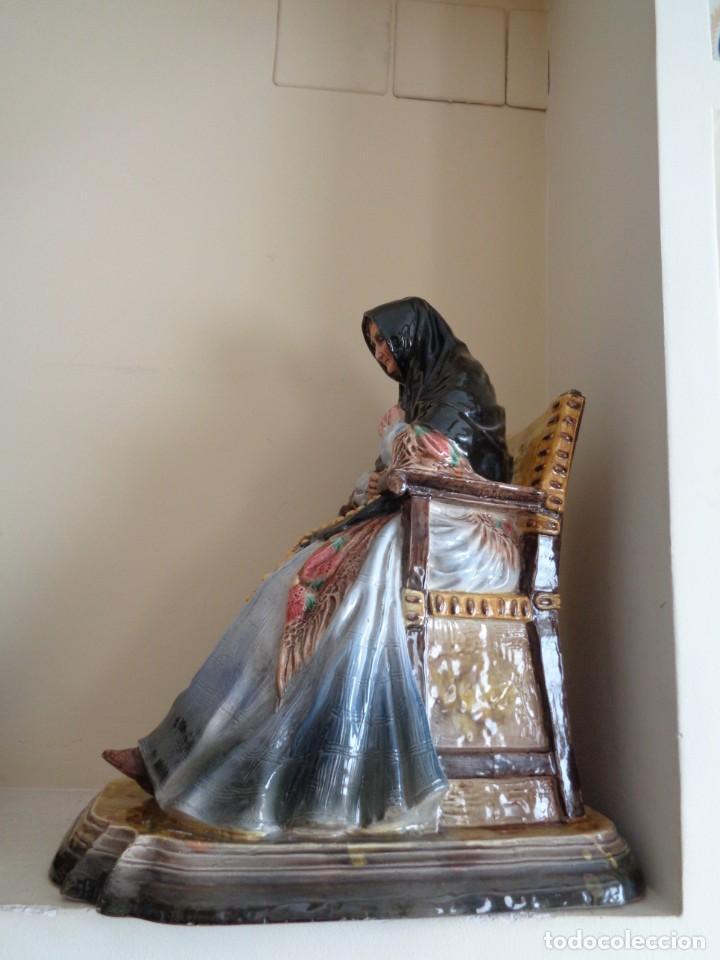 ANTONIO PEYRO MEZQUITA.MUJER CASTELLANA SENTADA CON ROSARIO (Antigüedades - Porcelanas y Cerámicas - Otras)