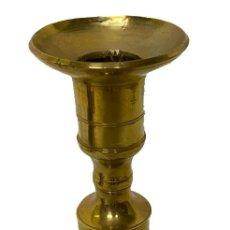 Antigüedades: ANTIGUO CANDELABRO DE BRONCE. S. XIX. 18 CM DE ALTO.. Lote 260045820