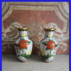 Antigüedades: PAREJA DE TIBORES O JARRONES CLOISONNE DE ESMALTE Y BRONCE. Lote 260067735