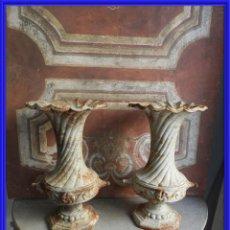 Antigüedades: PAREJA DE COPAS DE HIERRO EN DECAPE BLANCO. Lote 260068990