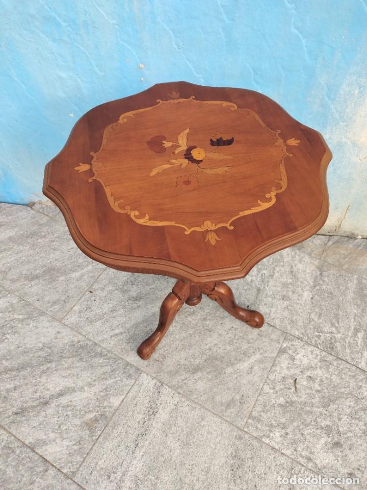 Antigüedades: Preciosa mesa auxiliar de madera con flores incrustadas, patas torneadas. - Foto 3 - 260272140