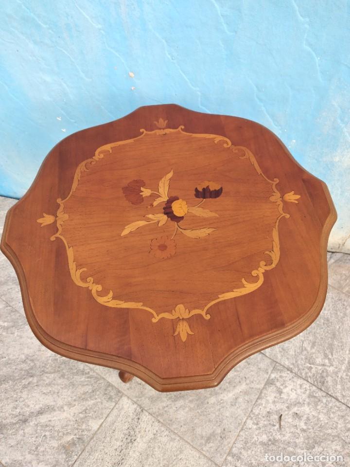 Antigüedades: Preciosa mesa auxiliar de madera con flores incrustadas, patas torneadas. - Foto 4 - 260272140