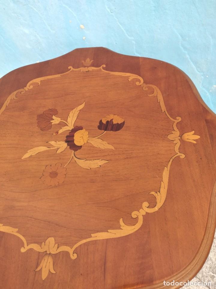 Antigüedades: Preciosa mesa auxiliar de madera con flores incrustadas, patas torneadas. - Foto 5 - 260272140