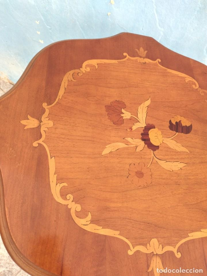 Antigüedades: Preciosa mesa auxiliar de madera con flores incrustadas, patas torneadas. - Foto 6 - 260272140