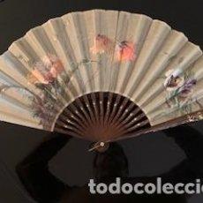 Antiquités: EXCEPCIONAL ABANICO PINTADO AL ÓLEO . VARILLAJE MADERA TALLADA Y POLICROMADA. FIRMADO RONOT. S. XIX. Lote 260312975