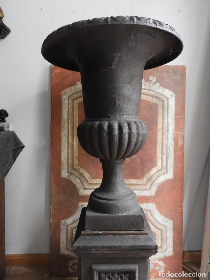 Antigüedades: IMPORTANTE COPA DE HIERRO CON SU PEDESTAL IMPERIO ALTURA 129 CM. - Foto 3 - 260319120