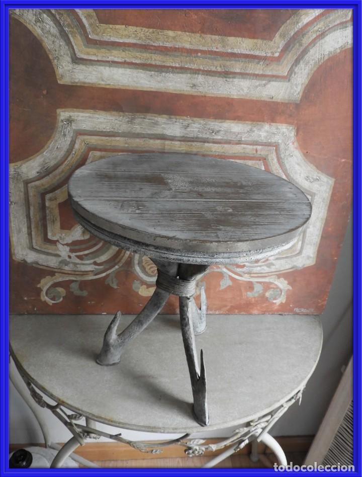 TABURETE DE MADERA CON PATAS DE METAL (Antigüedades - Muebles Antiguos - Auxiliares Antiguos)