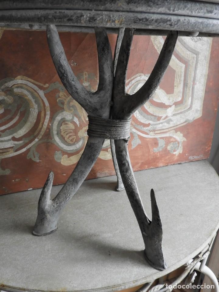 Antigüedades: TABURETE DE MADERA CON PATAS DE METAL - Foto 3 - 260320045