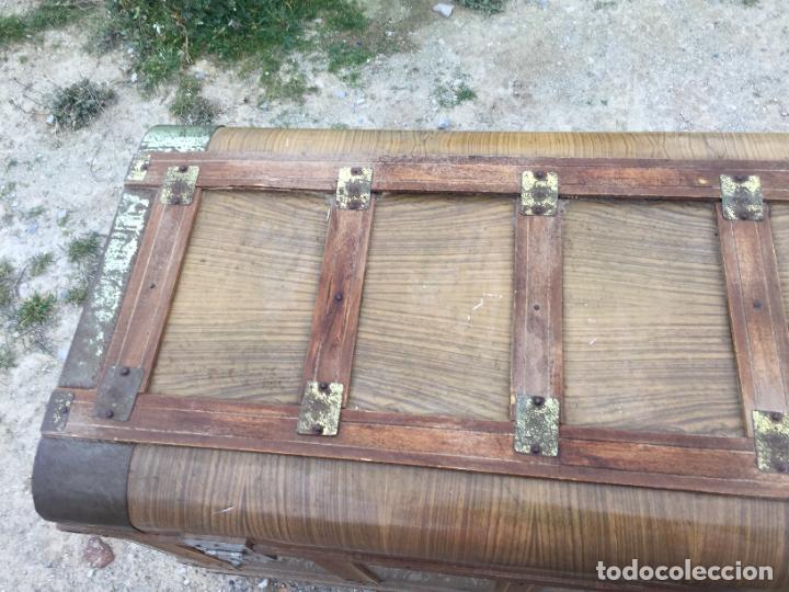 Antigüedades: Antiguo baúl de madera y lata con cerraduras y asas de los años 50-60 - Foto 2 - 260353430