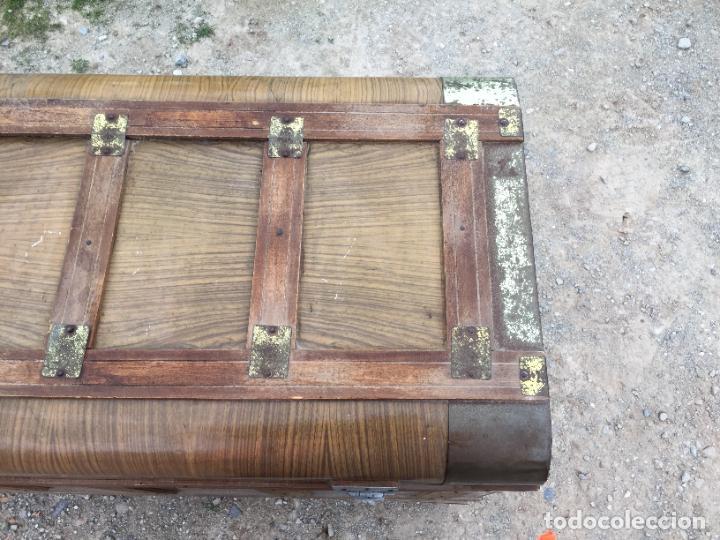 Antigüedades: Antiguo baúl de madera y lata con cerraduras y asas de los años 50-60 - Foto 3 - 260353430