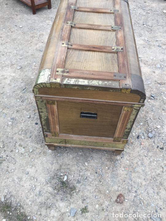 Antigüedades: Antiguo baúl de madera y lata con cerraduras y asas de los años 50-60 - Foto 4 - 260353430