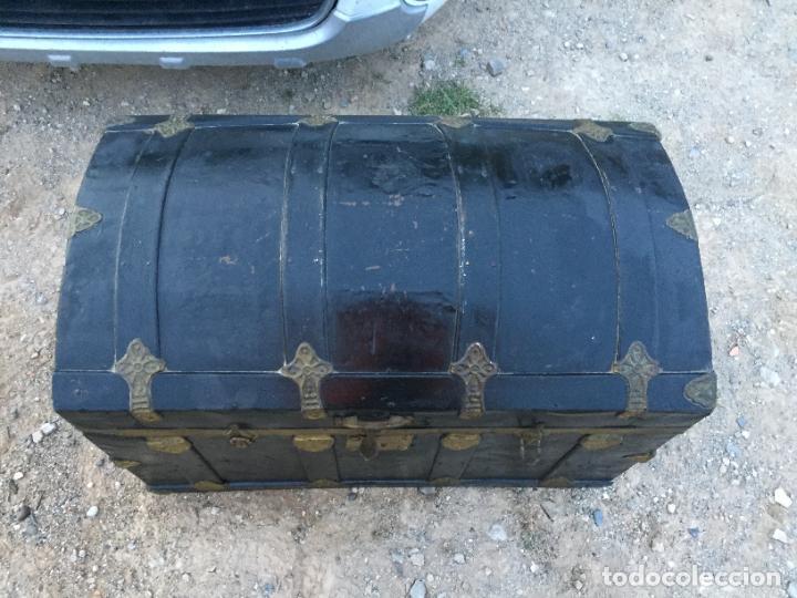 Antigüedades: Antiguo baúl / arcón de madera y lata con cerraduras y asas de cuero siglo XIX - Foto 2 - 260354100