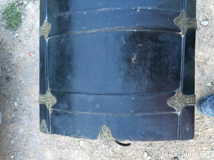Antigüedades: Antiguo baúl / arcón de madera y lata con cerraduras y asas de cuero siglo XIX - Foto 3 - 260354100