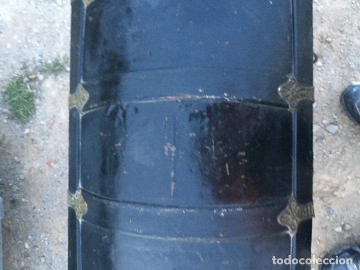 Antigüedades: Antiguo baúl / arcón de madera y lata con cerraduras y asas de cuero siglo XIX - Foto 4 - 260354100