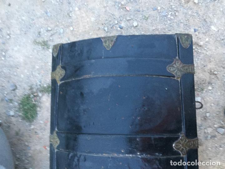 Antigüedades: Antiguo baúl / arcón de madera y lata con cerraduras y asas de cuero siglo XIX - Foto 5 - 260354100