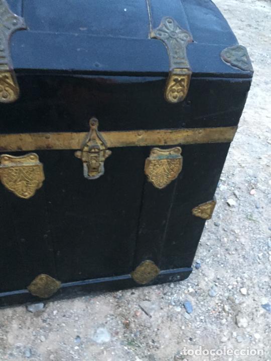 Antigüedades: Antiguo baúl / arcón de madera y lata con cerraduras y asas de cuero siglo XIX - Foto 6 - 260354100