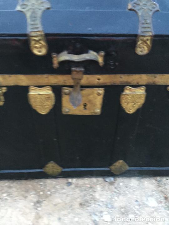 Antigüedades: Antiguo baúl / arcón de madera y lata con cerraduras y asas de cuero siglo XIX - Foto 7 - 260354100