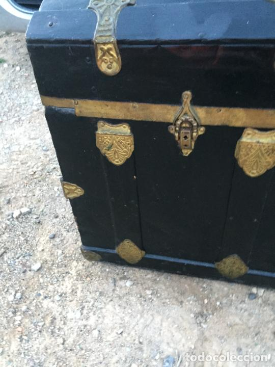 Antigüedades: Antiguo baúl / arcón de madera y lata con cerraduras y asas de cuero siglo XIX - Foto 8 - 260354100