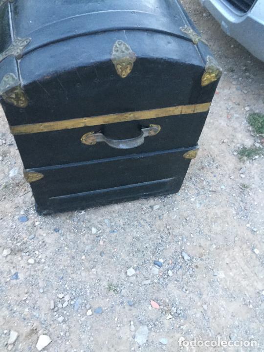Antigüedades: Antiguo baúl / arcón de madera y lata con cerraduras y asas de cuero siglo XIX - Foto 9 - 260354100