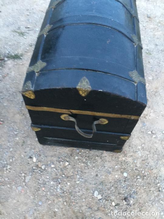 Antigüedades: Antiguo baúl / arcón de madera y lata con cerraduras y asas de cuero siglo XIX - Foto 10 - 260354100