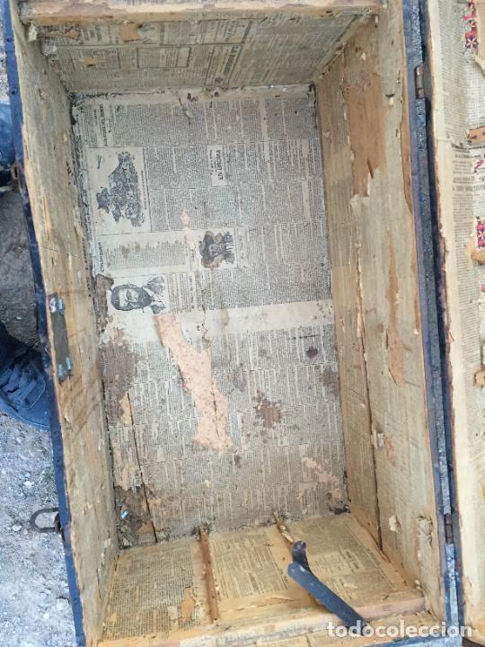 Antigüedades: Antiguo baúl / arcón de madera y lata con cerraduras y asas de cuero siglo XIX - Foto 16 - 260354100