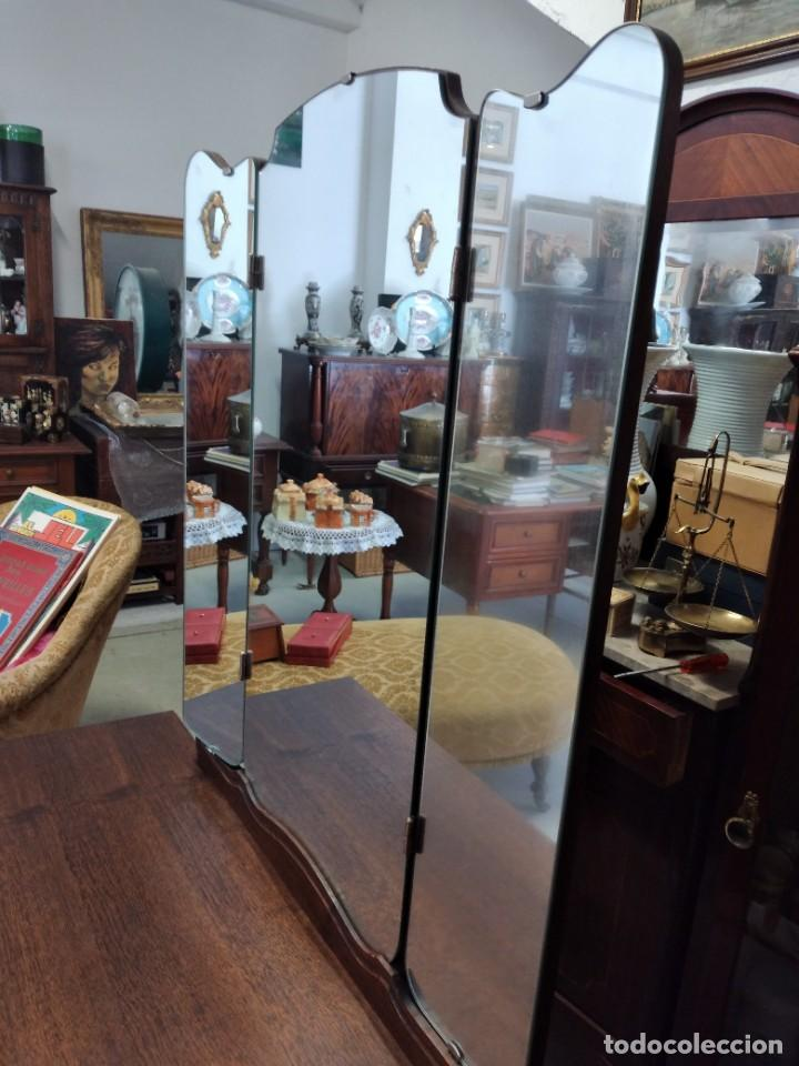 Antigüedades: Antiguo tocador de madera de nogal con espejo plegable,4 cajones tiradores de bronce, años 30/40 - Foto 3 - 260359770