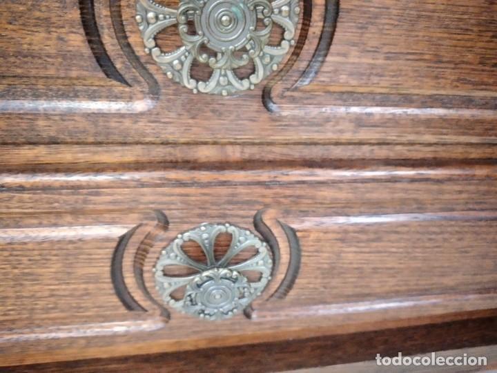 Antigüedades: Antiguo tocador de madera de nogal con espejo plegable,4 cajones tiradores de bronce, años 30/40 - Foto 10 - 260359770