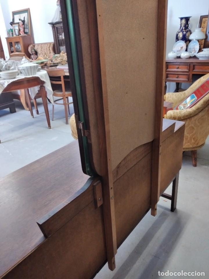 Antigüedades: Antiguo tocador de madera de nogal con espejo plegable,4 cajones tiradores de bronce, años 30/40 - Foto 16 - 260359770